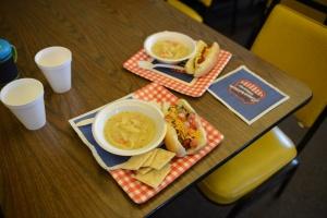 Zupa z kurczaka i hot-dog