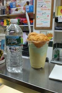 Woda z moją porcją lodów z Chinatown Ice Cream Factory