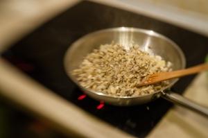 Smażenie pieczarek i cebuli