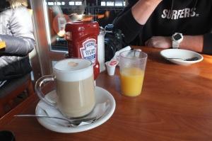 Latte i sok pomarańczowy