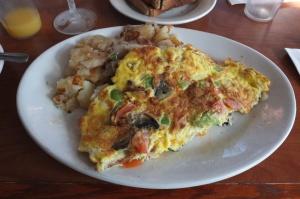Omlet warzywny i ziemniaki smażone z cebulą