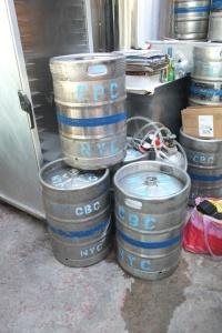 Małe beczki z gotowym piwem