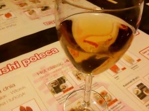 Wino śliwkowe jest dobre z kostką lodu