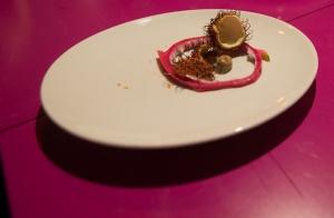 Rambutan tak, jak lichi obiera się ze skorupki i ma w środku niejadalną pestkę