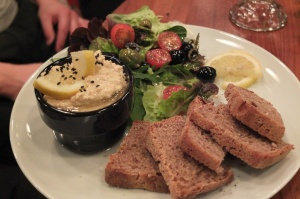 Hummus, sałatka i razowe