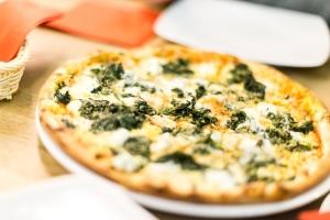 Pizza ze szpinakiem, fetą, czosnkiem (i sadzonym jajem)