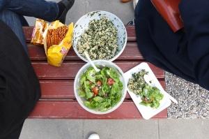 Piknik na ławce w parku