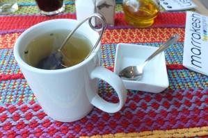 Herbata biała z płatkami róży