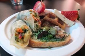 Wiosenne spring rollsy i kanapka z wędzoną rybą