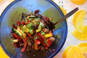 Sałatka z krótko smażonych warzyw z sezamem