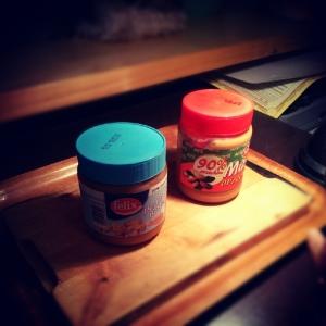 Dwa masła orzechowe - klasyczne i o obniżonej zawartości tłuszczu
