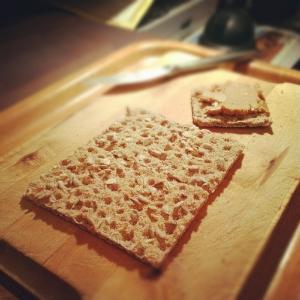 Masło orzechowe na chlebie chrupkim z ziarnami słonecznika